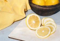 Citroner är på tabellen royaltyfri bild
