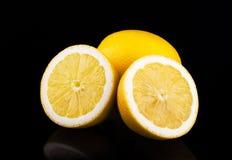 Citroner grupperar isolerat på svart Arkivfoto