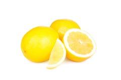 Citroner grupperar isolerat på vit Arkivbild