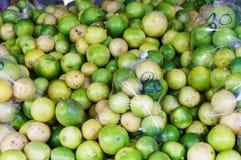 Citroner i marknad Royaltyfria Bilder
