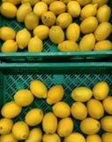 Citroner i marknadskorgar Arkivfoton
