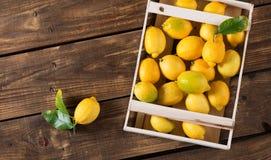 Citroner i träask Royaltyfria Bilder
