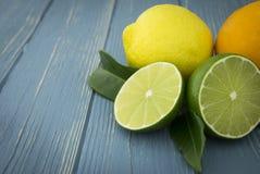 Citroner, limefrukter och apelsiner som är nya med ljusa färger royaltyfri bild