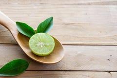 Citroner med det gröna bladet Arkivfoto