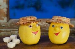 Citroner med socker på det gamla fönstret Arkivfoto
