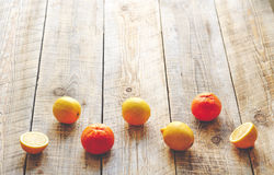 Citroner och apelsiner i vacklade rader wodden på tabellen arkivfoton