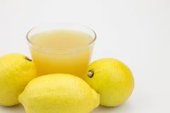 Citroner och citronjuice royaltyfri foto
