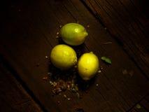 Citroner på en texturerad trätabell med solljus Varmt ljus och trätexturer Fotografering för Bildbyråer