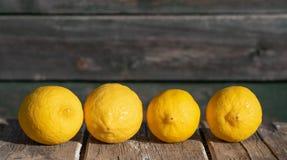 Citroner på en träbakgrund fotografering för bildbyråer