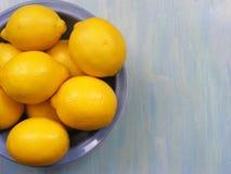 Citroner på ett blått träbräde med kopieringsutrymme royaltyfria foton
