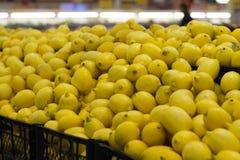 Citroner på hylla i lager Arkivbilder