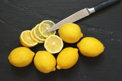 Citroner på svart Fotografering för Bildbyråer
