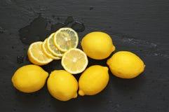 Citroner på svart Royaltyfria Bilder