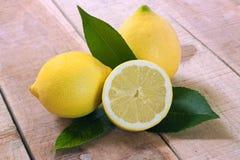 Citroner på wood bakgrund Arkivfoton