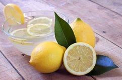 Citroner på wood bakgrund Royaltyfria Bilder