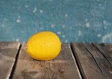 Citroner p? en bl? bakgrund fotografering för bildbyråer