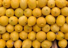 Citroner som sett på en lagerhylla Royaltyfri Fotografi