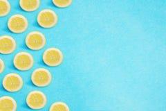 Citrongräns på en ljus blå bakgrund Plant lekmanna- sommarbegrepp med kopieringsutrymme arkivbilder