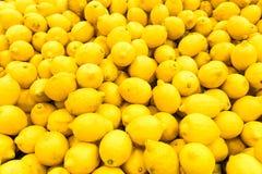 Citronhög i fruktmarknad royaltyfri fotografi