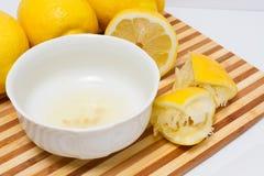 Citronjuice i bunke Arkivbilder