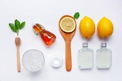 Citronjuice, lemonad med den nya citronen, honung, is, mintkaramell och sal arkivbilder