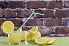 Citronjuice med exponeringsglas Arkivbild