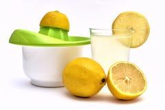 citronjuice med organiska citroner på sidan Arkivfoton