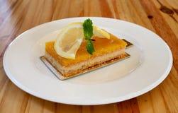 Citronkaka på tabellen Royaltyfria Bilder