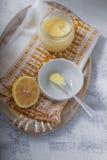 Citronkurd med en sked Arkivbild