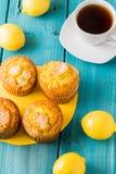 Citronmuffin med kopp te/kaffe Royaltyfri Foto