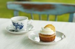 Citronmuffin med koppen av caffe Arkivbild
