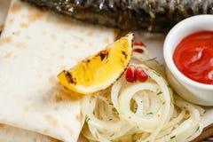 Citronnärbild grillad mackerel Tjäna som på ett träbräde på en lantlig tabell Meny för grillfestrestaurang, en serie av Royaltyfri Fotografi