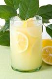 Citronnade avec des lames de citron de Lotsa Photos stock