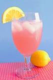 Citronnade rose sur le bleu photos stock