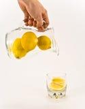 Citronnade unsqueezed se renversante Photo stock