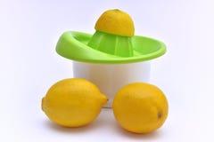 Citronpress med organiska citroner på sidan Royaltyfri Foto