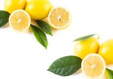 Citrons avec des feuilles sur un fond blanc Citrons frais sur un petit morceau Image libre de droits