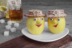 Citrons avec du sucre d'un plat blanc, d'un thé et d'un fond en bois gris Images libres de droits