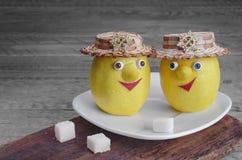 Citrons avec du sucre d'un plat blanc et d'un fond en bois gris Image libre de droits