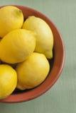 Citrons dans une cuvette Photos libres de droits