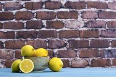 Citrons dans une cuvette Image libre de droits