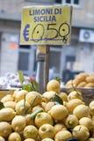 Citrons de la Sicile à vendre Photos libres de droits