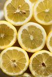 Citrons divisés en deux frais photographie stock
