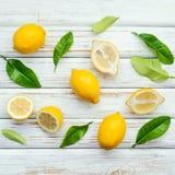 Citrons et feuilles frais de citrons sur le fond en bois rustique Fre Photo libre de droits