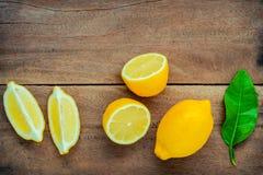 Citrons et feuilles frais de citrons sur le fond en bois rustique Fre Image libre de droits