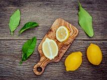 Citrons et feuilles frais de citrons sur le fond en bois rustique Fre Images libres de droits