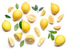 Citrons et feuilles mûrs de citron sur le fond blanc Vue supérieure Photographie stock libre de droits