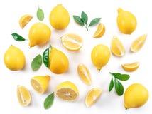 Citrons et feuilles mûrs de citron sur le fond blanc Vue supérieure Images stock