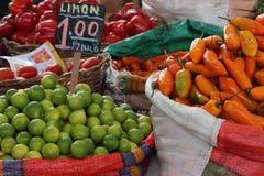 Citrons et poivre jaune à vendre sur le marché populaire Photo libre de droits