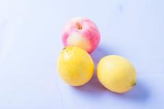 Citrons et pomme Photographie stock libre de droits